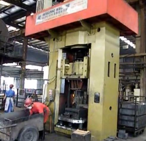 海格尔耐材压力机使用现场