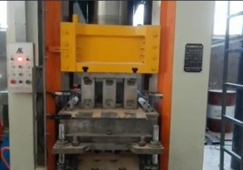 <b>400T电动螺旋压力机一次出三块砖现场视频</b>
