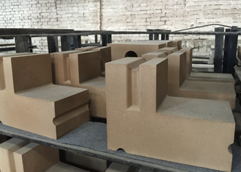 <b>耐火砖压砖机异型砖生产现场</b>